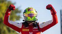 Mick Schumacher se raduje z triumfu v F2 na okruhu v Monze.