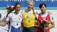 Zleva stříbrná Mirka Knapková, zlatá Kim Crowová a bronzová Jingli Duan.