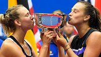 Elise Mertensová a Aryna Sabalenková slaví triumf na US Open