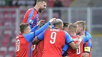 Hráči Plzně se radují z prvního gólu.