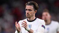 Zklamaný anglický reprezentant Jack Grealish odchází ze hřiště po prohře na penalty ve finále EURO.