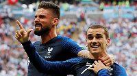 Antoine Griezmann (vpravo) a Olivier Giroud slaví gól Francie proti Argentině.