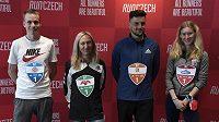 Zleva běžci Vít Pavlišta, Eva Vrabcová, Jiří Homoláč a Moira Stewartová na tiskové konferenci před závodem The Battle of the Teams a mistrovství ČR v maratonu.