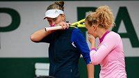 Barbora Krejčíková s Kateřinou Siniakovou bojují o postup do dalšího kola