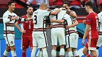 Fotbalisté Portugalska se radují z branky