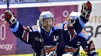 Ivan Huml z Chomutova se raduje z gólu.