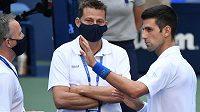 Novak Djokovič v diskusi se supervisorem turnaje