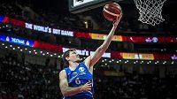 Kapitán českého týmu Pavel Pumprla zakončuje v utkání se Srbskem.