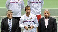 Radek Štěpánek převzal Cenu za oddanost Davisovu poháru. Vlevo je prezident Tennis Europe Jacques Dupré, vpravo majitel společnosti Česká sportovní Miroslav Černošek.