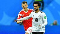 Egyptský útočník Mohamed Salah se dočkal a nastoupil na MS v utkání proti Rusku. V pozadí Denis Čeryšev.