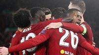 Fotbalisté Liverpoolu se radují z branky do sítě Atlétika
