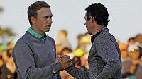 Jordan Spieth si podává ruku s Rory McIlroyem