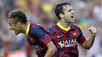 Fotbalisté Barcelony Neymar a Fábregas se radují ze vstřelení gólu.