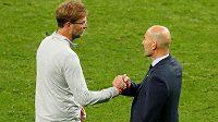 Zinédine Zidane (vpravo) a Jürgen Klopp po finále Ligy mistrů v Kyjevě. Nahradí teď kouč Liverpoolu svého přemožitele na lavičce Realu Madrid?