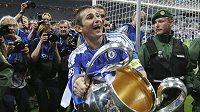 Frank Lampard se jako kapitán Chelsea raduje v květnu 2012 z triumfu v Lize mistrů.