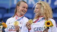 Barbora Krejčíková (vlevo) a Kateřina Siniaková se zlatými medailemi.