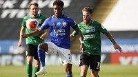 Záložník Leicesteru Demarai Gray v souboji s hráči Brightonu.