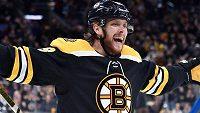 David Pastrňák slaví svůj třetí gól do sítě Winnipegu