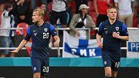 Fin Joel Pohjanpalo (20) se raduje z gólu proti Dánsku, vpravo Jere Uronen.