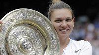 Simona Halepová s trofejí za vítězství ve Wimbledonu.