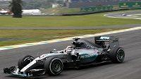 Lewis Hamilton při tréninku na nedělní Velkou cenu Brazílie.