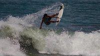 Brazilská surfařka Luzimara Souzaová zemřela při tréninku po zásahu bleskem.