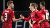 Jakub Jankto (vpravo) a Tomáš Kalas oslavují gól na 2:0 během přátelského utkání s Litvou.