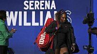 Serena Williamsová přichází na kurt k zápasu s Marií Šarapovovouo