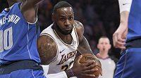 LeBron James z LA Lakers mezi hráči Dallasu.