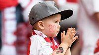 Malý fanoušek Slavie s tatínkem na tribuně sever.