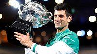 Novak Djokovič s trofejí za vítězství na Australian Open
