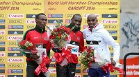 Medailisté z MS v půlmaratónu: (zleva) stříbrný Bedan Karoki, vítěz Geoffrey Kamworor a bronzový Brit Mohamed Farah.