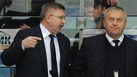 Vasilij Tichonov (vlevo) společně s Vladimírem Krikunovem na střídačce Kazaně.