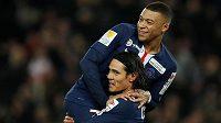 Fotbalisté PSG Edinson Cavani a Kylian Mbappé oslavují gól do sítě St. Etienne během čtvrtfinále Francouzského poháru.