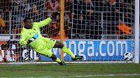 Richard Kingson v bráně Blackpoolu inkasuje z penalty od Franka Lamparda z Chelsea.