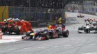 Strojvůdce Mark Webber ze stáje Red Bull táhne vláček v čele Velé ceny Monaka...