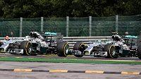 Nico Rosberg (vpravo) z Mercedesu se dostává do kolize se stájovým kolegou Lewisem Hamiltonem ve druhém kole závodu ve Spa.