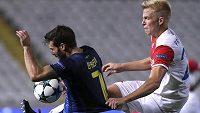 Slávista Michal Frydrych se snaží zastavit George Efreema z APOEL Nikósie.