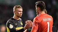 Útočník Borussie Dortmund Erling Haaland gratuluje brankáři Werderu Brémy Jiřímu Pavlenkovi k postupu do čtvrtfinále Německého poháru.