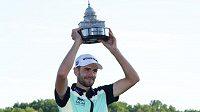Americký golfista Troy Merritt pózuje s trofejí pro vítěze turnaje Quicken Loans National v Gainesville.