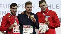 Adam Sebastian Helcelet (vpravo) vybojoval na halovém mistrovství Evropy bronzovou medaili v sedmiboji. Z vítězství se těšil Francouz Kevin Mayer (uprostřed), druhý byl Španěl Jorge Ureňa.