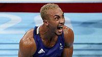 Britský boxer Benjamin Whittaker slaví po výhře nad Kenoem Machadoem z Brazílie.