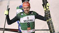 Německý sdruženář Johannes Rydzek se raduje ze svého triumfu v nedělním závodu v Ruce.