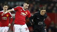 Morgan Schneiderlin (28) z Manchesteru United a Jakob Poulsen z Midtjyllandu.
