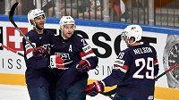 Hokejisté USA oslavují druhý gól během utkání o 3. místo.
