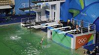 Zelená voda v Riu překvapila skokany do vody.