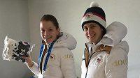 Martina Sáblíková (vpravo) s reprezentační kolegyní Nikolou Zdráhalovou ve svém pokoji v olympijské vesnici.