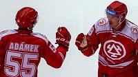 Z gólu se radují třinečtí hráči Marian Adámek a střelec branky Aron Chmielewski.