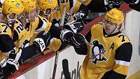 Útočník Pittsburghu Jevgenij Malkin oslavuje se spoluhráči na střídačce gól Phila Kessela proti Washingtonu, na kterém se podílel asistencí a zaznamenal tak svůj jubilejní 1000. kanadský bod v NHL.
