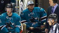 Brankář Ryan Lowe na střídačce Sharks.